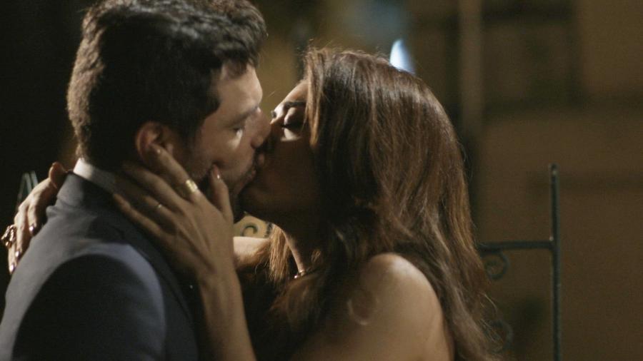Caio (Rodrigo Lombardi) e Bibi (Juliana Paes) se beijam - Reprodução/TV Globo