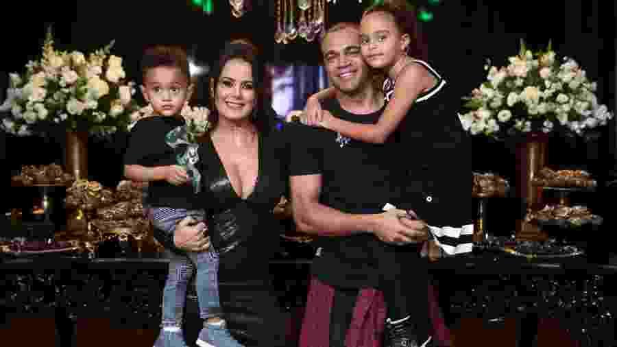 Denilson com a mulher, Luciele Di Camargo, e os filhos Davi e Maria Eduarda - Manuela Scarpa/Brazil News