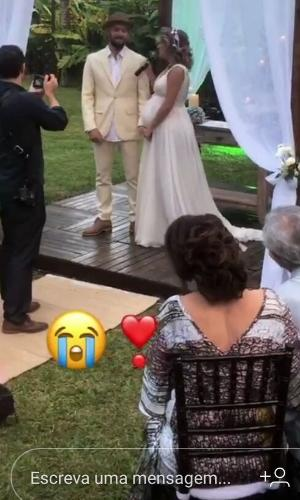Maíra Charken canta para Renato Antunes durante a cerimônia de casamento