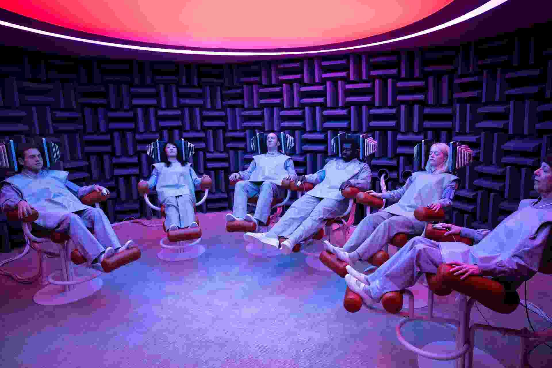 """Grupo de cobaias da indústria farmacêutica é tratado em cena do terceiro episódio de """"Maniac"""", nova minissérie da Netflix - Michele K. Short/Netflix"""