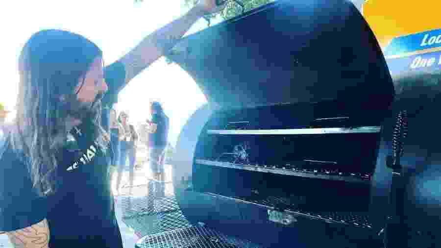 Dave Grohl comandou churrasqueira em evento de Los Angeles - Reprodução