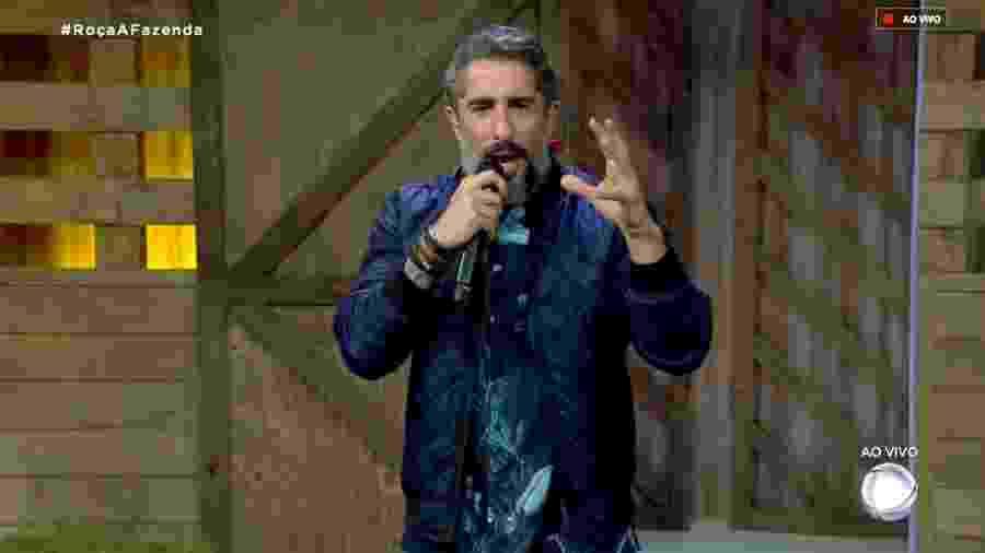 """O apresentador Marcos Mion conversa com o público de """"A Fazenda 10"""" - Reprodução/RecordTV"""