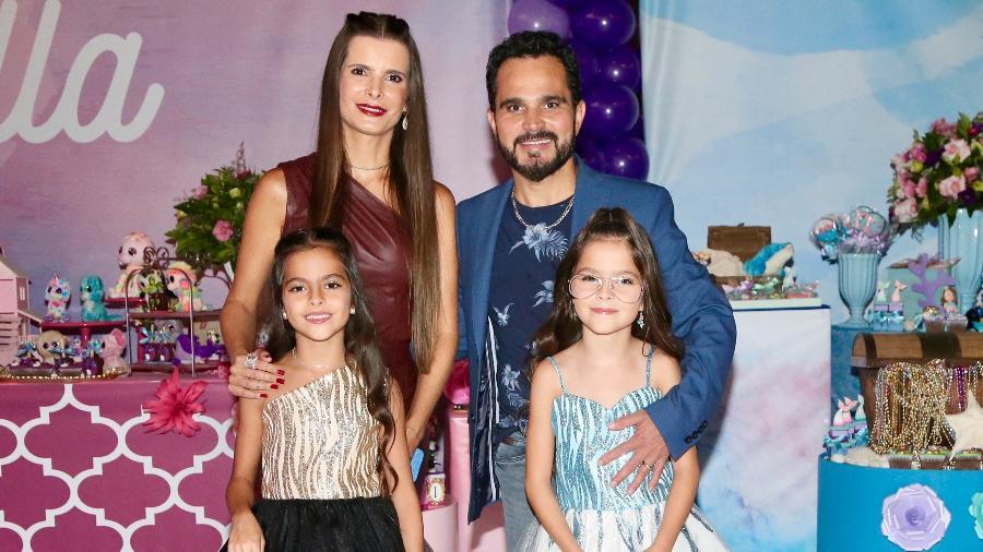 Luciano e Flávia na festas das filhas gêmeas Isabella e Helena - Manuela Scarpa/Brazil News
