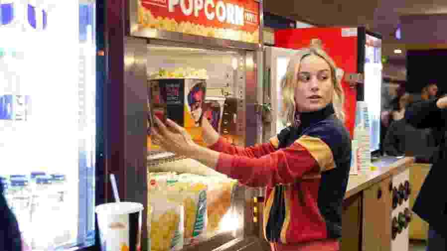 Brie Larson, a Capitã Marvel, distribui pipoca antes de sessão do filme - Reprodução/Twitter