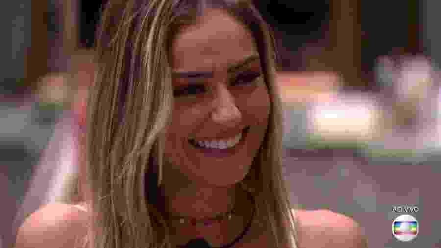 Paula ouve Tiago Leifert falar sobre o resultado final do programa que a consagrou vencedora - Reprodução/TvGlobo