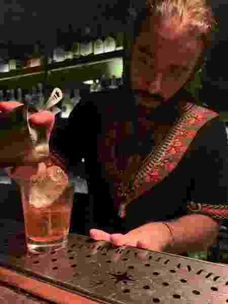 O bartender trabalhando - Arquivo pessoal