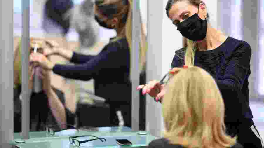 A pesquisa acompanhou dois cabeleireiros que atenderam clientes enquanto estavam com covid-19 - Getty Images