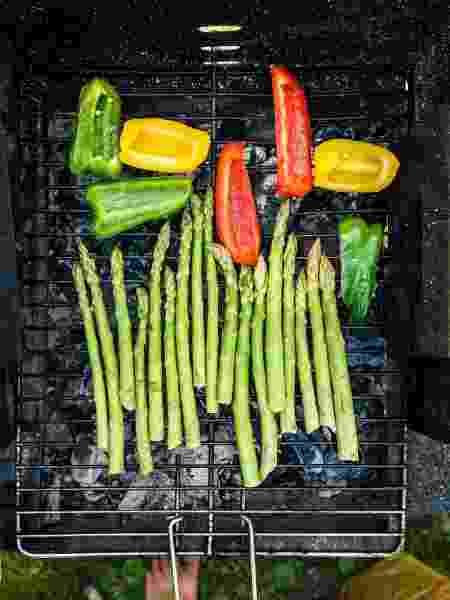 Aspargos e pimentões na grelha: sabor defumado - Jure Gasparic/EyeEm/Getty Images - Jure Gasparic/EyeEm/Getty Images