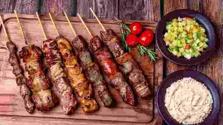 Variedade de espetinhos: forma prática de servir e comer um pouco de tudo - Getty Images/iStockphoto - Getty Images/iStockphoto