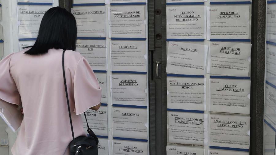 Mulher olha anuncios de emprego no centro da cidade de Campinas (SP) - Denny Cesare/Código 19/Folhapress
