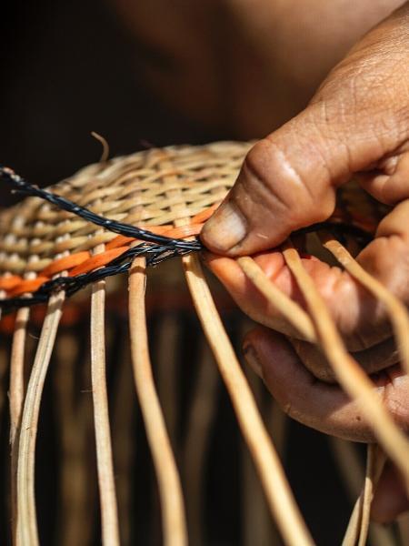Mulheres manuseiam fungo utilizado na cestaria yanomami, durante a produção do artesanato, na comunidade de Maturacá, Terra Indígena Yanomami (AM) - Rogério Assis/ ISA