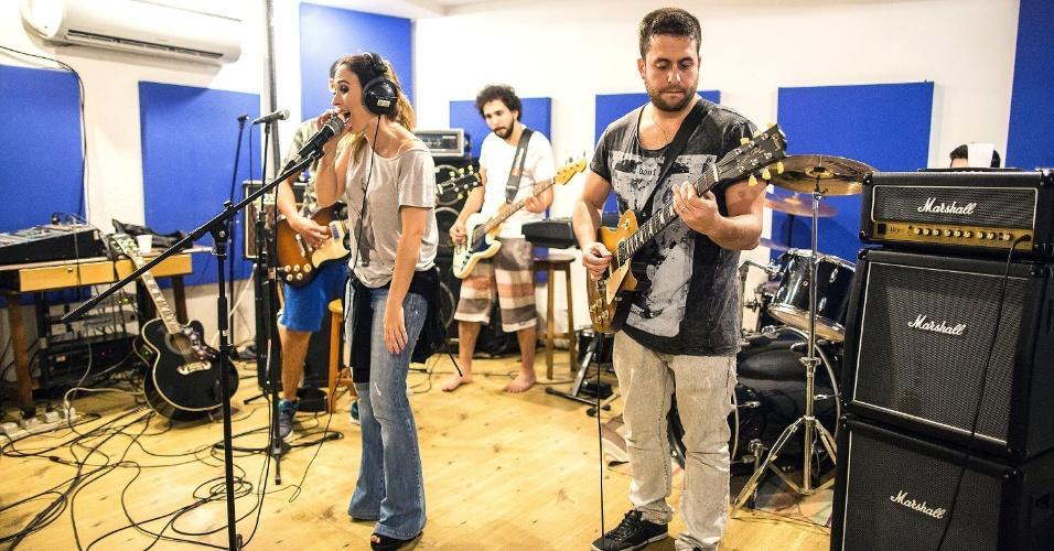 Tatá Werneck, Maurício Meirelles, Murilo Couto, Marco Gonçalves e Nil Agra são humoristas e integrantes da banda