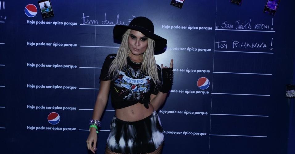 26.set.2015 - Com barriga de fora e meia arrastão, Mendigata chega para acompanhar o sexto dia de shows do Rock in Rio