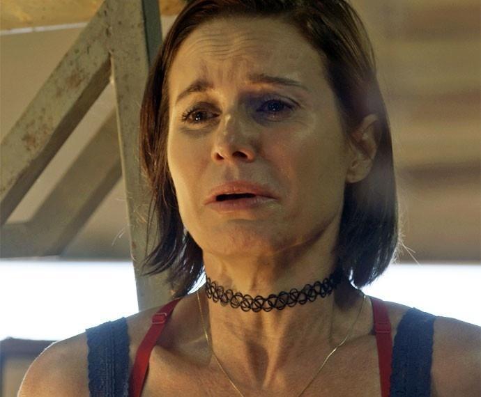 Sueli (Paula Burlamaqui) se desespera ao ficar na mira do revólver de Ascânio (Tonico Pereira)