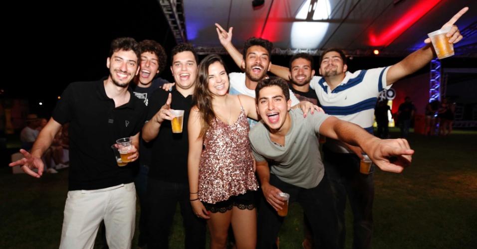 5.fev.2016 - O advogado Guilherme Matos (à esq.) curte o CarnaUOL com um grupo de amigos vindos de Minas Gerais