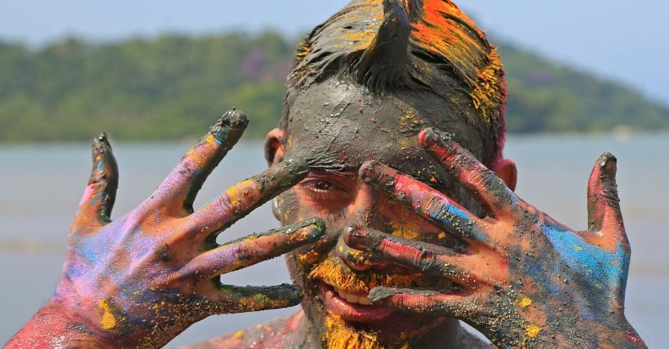 6.fev.2016 - Folião se pinta com pó colorido, além da lama, para curtir o Bloco da Lama, em Paraty (RJ)