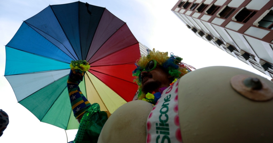 6.fev.2016 - Um dos blocos cariocas preferidos da comunidade gay, a Banda de Ipanema reúne foliões travestidos e com as cores do arco-íris