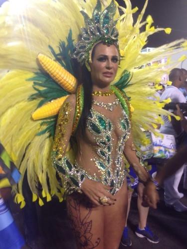 """Cozete Gomes, ex-""""Mulheres Ricas"""", entra na avenida pela Unidos da Tijuca com fantasia de rainha da colheita e jóias avaliadas em R$ 150 mil. """"O tempo está a meu favor né, mas me preparei muito nos últimos meses"""", diz sobre o corpo exposto"""