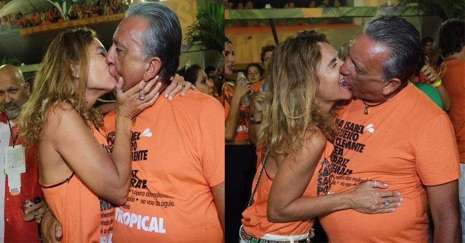 9.fev.2016 - O narrador Galvão Bueno troca beijos com sua mulher na Sapucaí, na madrugada desta terça-feira