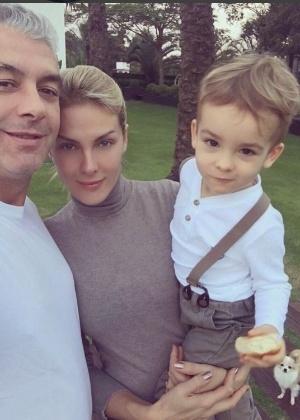 Ana Hickmann com o marido e o filho em foto publicada no Instagram após o atentado sofrido pela apresentadora - Reprodução /Instagram /ahickmann
