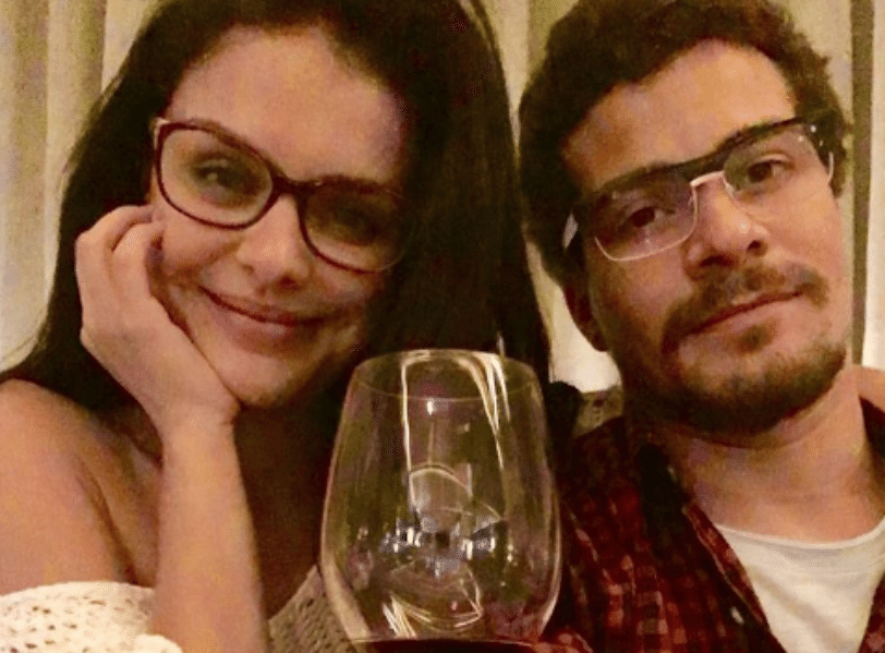 16.ago.2016 - Thiago Martins e Paloma Bernardi posaram juntos acabando com os rumores de que o namoro estaria em crise.
