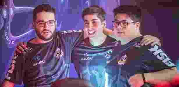 """Gustavo """"Baiano"""" (ao centro) disputou a temporada 2016 de """"LoL"""" pela Keyd Stars - Divulgação"""