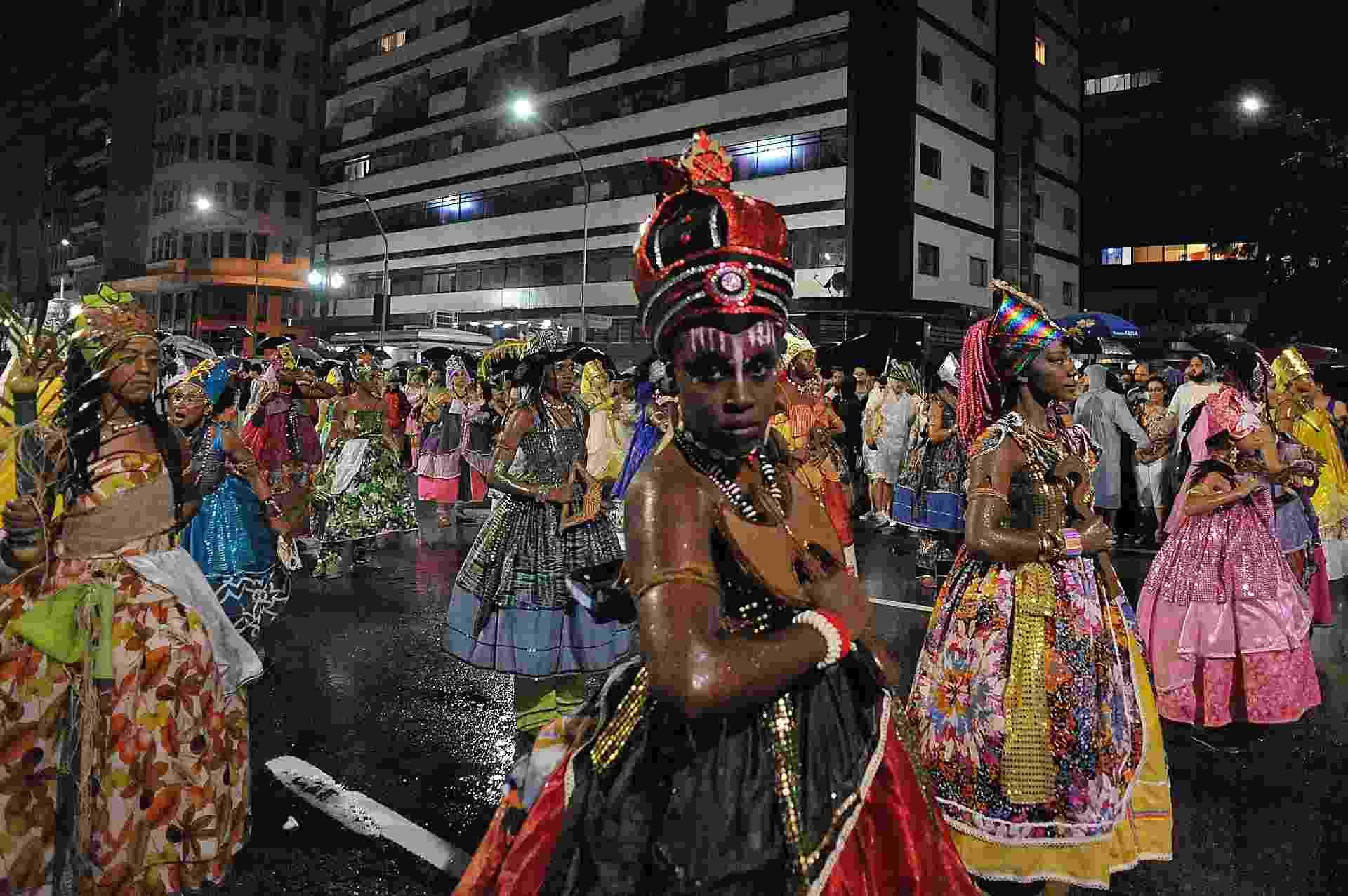 Com mulheres na bateria e dançarinos vestidos como orixás, usando pernas de pau e soltando labaredas de fogo, o bloco passou pela avenida São Luiz, rua Xavier de Toledo, Praça Ramos e foi até o Largo do Paissandu - Reinaldo Canato/UOL