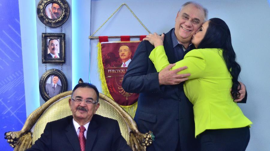 "Ao lado de Percival de Souza no ""trono"", Marcelo Rezende ganha beijo de sua pupila, Fabiola Gadelha, no ""Cidade Alerta"" - Antônio Chahestian/Record"