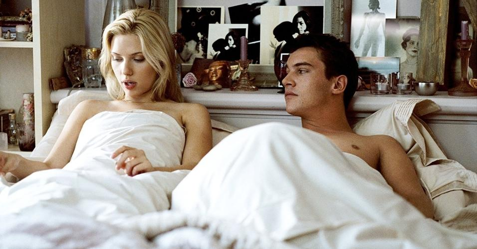 "Jonathan Rhys Meyers e Scarlett Johansson em cena de ""Ponto Final - Match Point"" (2005)"