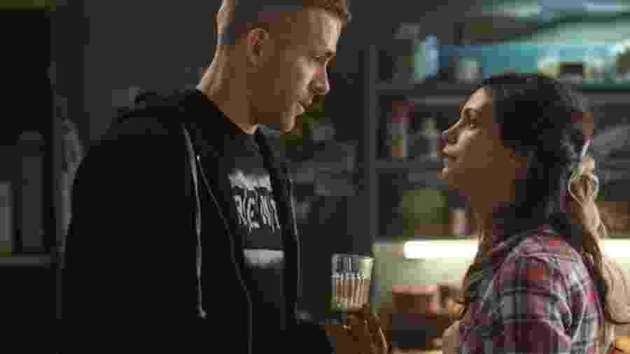 """Morena Baccarin ao lado de Ryan Reynolds em """"Deadpool"""" (2016) - Divulgação"""