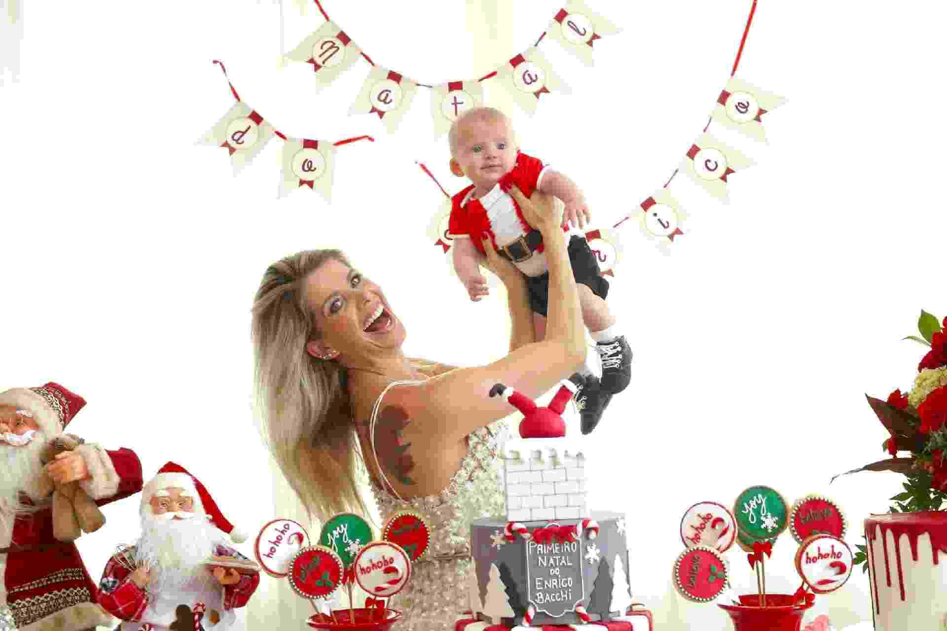 """Natal já começa a dar suas caras. Há quem faça, inclusive, comemorações antecipadas, ou até festeje muitas vezes. É o caso da família Bacchi, que realizou um encontro natalino especial para o filho - """"1º X'mas Party do Enrico"""" - Manuela Scarpa/Brazil News"""