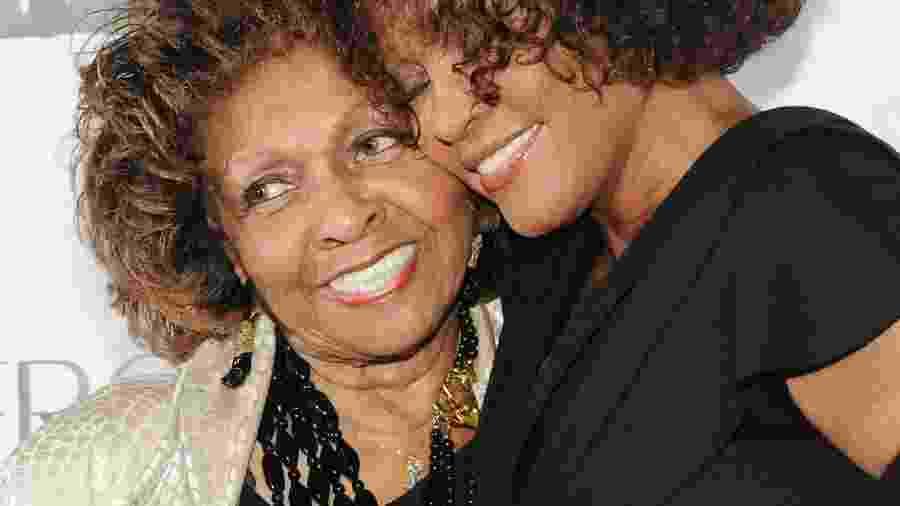 Cissy posa com a filha Whitney Houston, que morreu em 2012 de afogamento incidental após consumir cocaína  - Stephen Lovekin/AFP