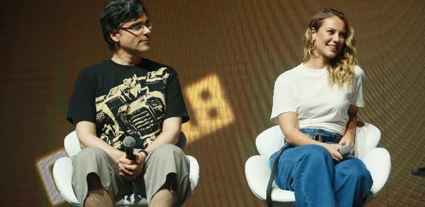 Guilherme Briggs e Paolla Oliveira durante painel da CCXP