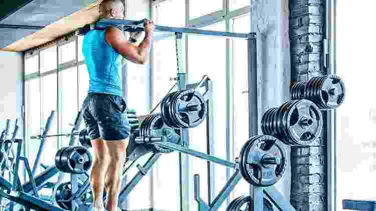 Exercícios para a panturrilha podem ser feito com pesos livres ou em máquinas - iStock
