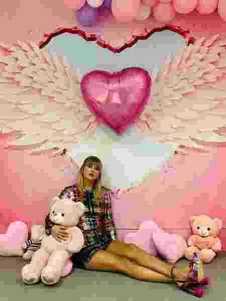 Taylor Swift em seu camarim na China - Reprodução/Twitter