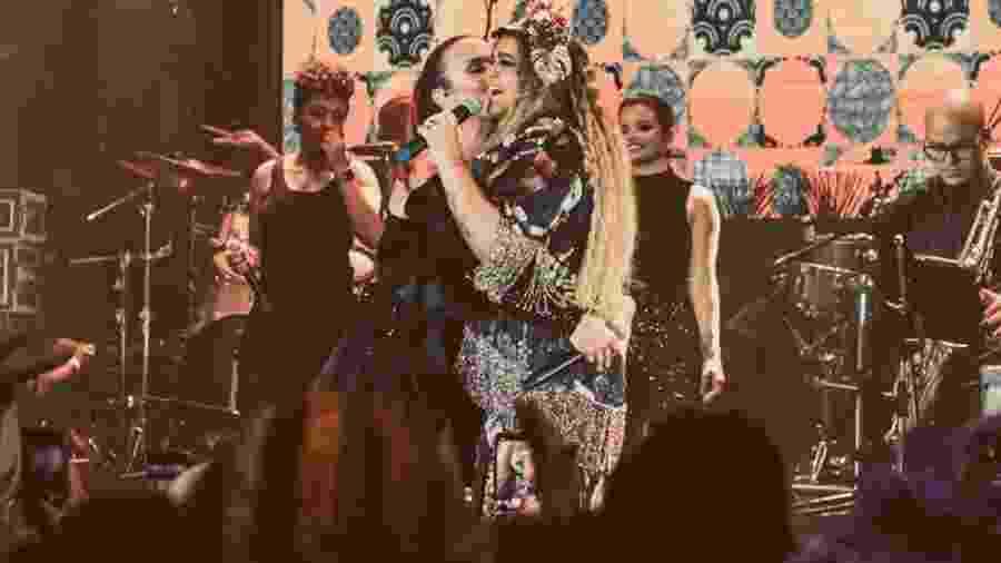 Preta Gil e Ivete Sangalo se abraçam durante apresentação no Baile da Vogue - Reprodução/Instagram/pretagil