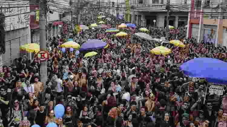 2018: Foliões se divertem no bloco de carnaval Emo durante a tarde desta segunda feira na regiao central de Sao Paulo - Nelson Antoine - Nelson Antoine