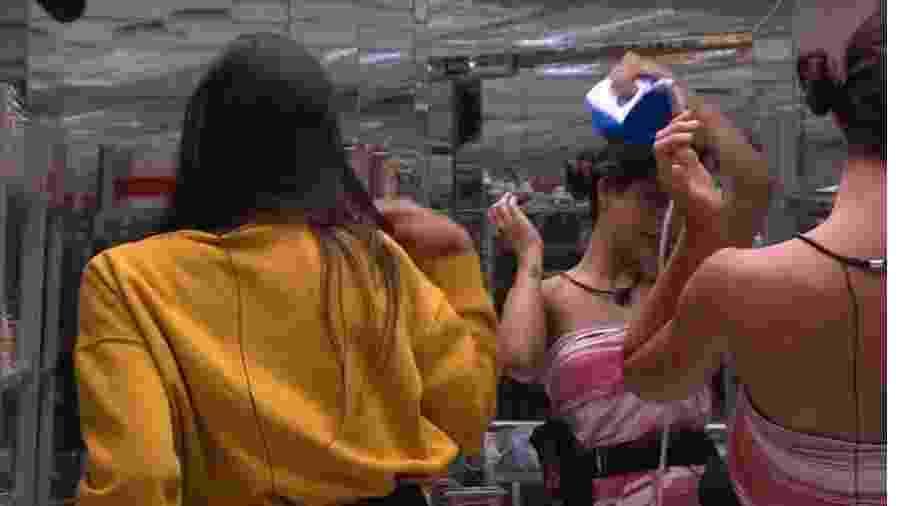 BBB 20: Mari passa ferro no cabelo - Reprodução/Globoplay