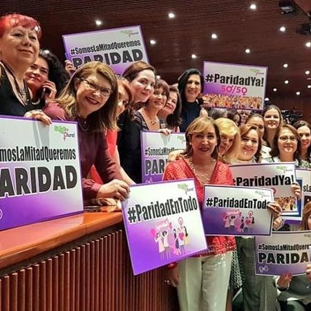 Senadoras mexicanas comemoram aprovação de lei que garante paridade política de gênero, em 2019 - Reprodução/Facebook/Senadora Kenia López Rabadán