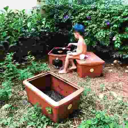 Nino, filho de Bela Gil, ajuda a preparar a composteira - Arquivo pessoal