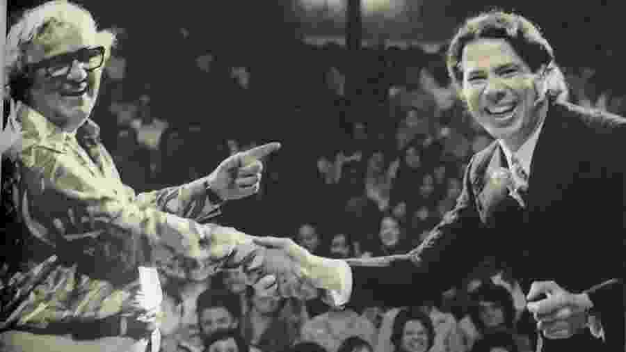 """Chacrinha e Silvio durante a gravação de um especial do """"Programa Silvio Santos"""" - Reprodução"""