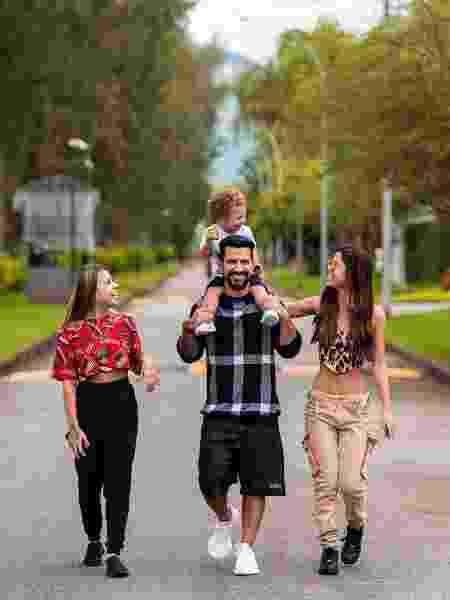"""DJ Dennis posta foto com filhos insinua: """"Será que vem mais um?""""  - Reprodução Twitter"""