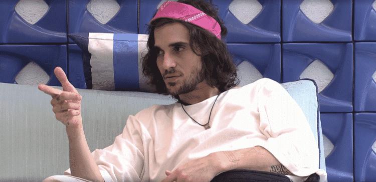 Fiuk usa bandanas à la Axl Rose, sempre em tons de rosa e roxo - Reprodução / Globoplay - Reprodução / Globoplay