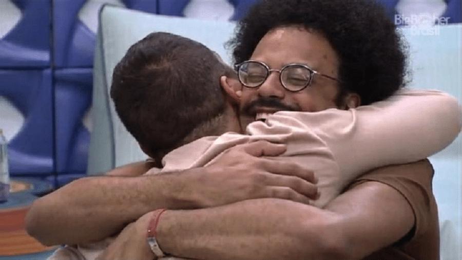 BBB 21: Gilberto e João se abraçam após revelação - Reprodução/Globoplay