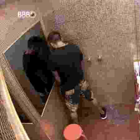 BBB 21: Arthur urina no box do banheiro depois da prova do líder - Reprodução/ Globoplay - Reprodução/ Globoplay