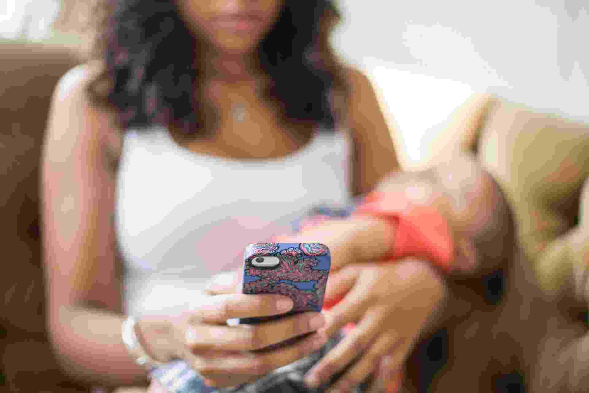 Com a facilidade de ter o celular sempre à mão, mães e pais podem contar com a conveniência de ferramentas que ajudam a organizar a rotina com bebês e crianças - Getty Images