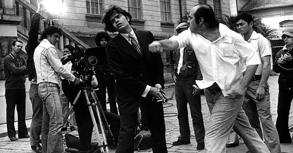 """1974 - O diretor Carlos Manga (à dir.) bate no ator Tarcísio Meira durante ensaio do filme """"O Marginal"""""""
