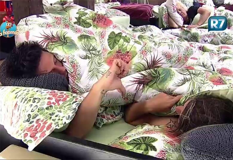 03.out.2015 - Thiago Servo reprova as atitudes de Ana Paula Minerato durantes a festa
