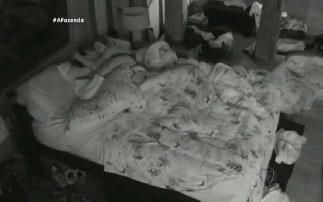 6.out.2015 - Mesmo brigando quase o dia inteiro, Thiago Servo e Ana Paula Minerato trocam carícias durante a madrugada