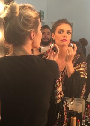 22.out.2015 - Fernanda Lima se maquiando no backstage do desfile da estilista Juliana Jabour - Virna Wulkan/UOL